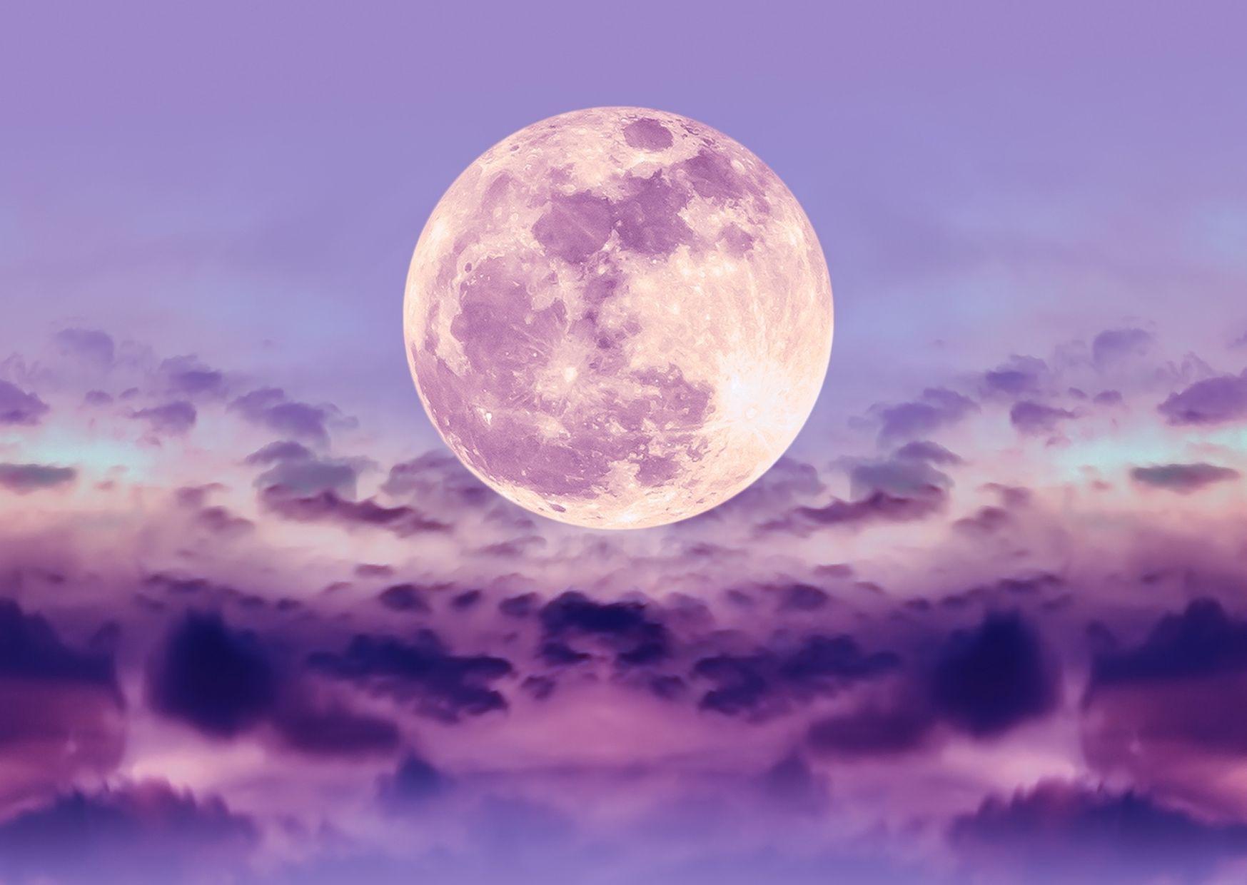 Volle maan in weegschaal in paarse lucht, spirituele sfeer